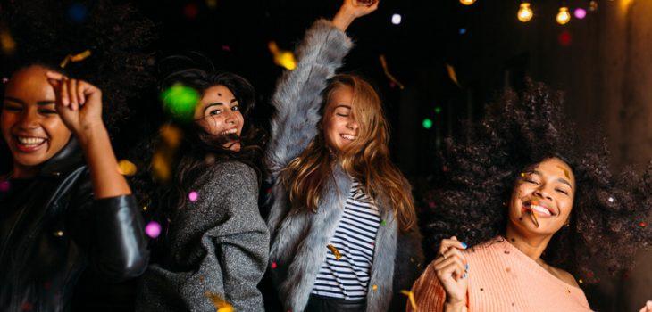 Groupe de 4 filles qui dansent en soirée